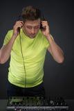 Le DJ au travail d'isolement sur le fond gris-foncé Photo stock