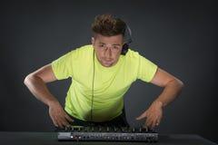 Le DJ au travail d'isolement sur le fond gris-foncé Image libre de droits