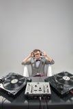 Le DJ au travail dans le bain d'isolement sur le fond blanc Photos libres de droits