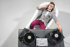 Le DJ au travail dans le bain d'isolement sur le fond blanc Photographie stock