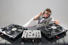 Le DJ au travail dans le bain d'isolement sur le fond blanc Image libre de droits