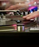 Le DJ aux plaques tournantes Photographie stock libre de droits