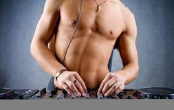Le DJ avec le matériel intense de fuselage et de musique Photos stock