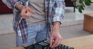 Le DJ avec les écouteurs et la console de mélange banque de vidéos