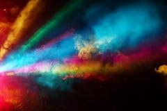 Le DJ coloré font la fête les lumières et le brouillard brillant de la gauche image libre de droits