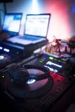 Le DJ consolent la boîte de nuit de mélange de partie de musique de maison d'Ibiza de bureau Photos libres de droits