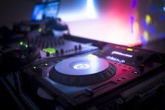 Le DJ consolent la boîte de nuit de mélange de partie de musique de maison d'Ibiza de bureau Photographie stock libre de droits