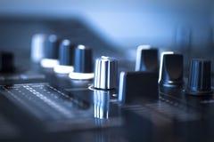 Le DJ consolent la boîte de nuit de mélange de partie de musique de maison d'Ibiza de bureau Images stock