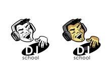 Le DJ dans des jeux d'écouteurs sur un disque vinyle Photographie stock