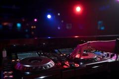 Le DJ dans la boîte de nuit Image libre de droits