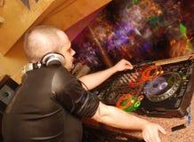 Le DJ dans le club Image stock