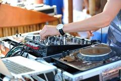 Le DJ dans le mélange Images stock