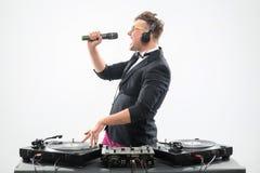 Le DJ dans le smoking ayant l'amusement et dansant avec Image stock