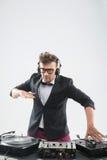 Le DJ dans le smoking ayant l'amusement et dansant par Image stock