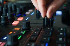 Le DJ dans le travail avec son instrument de musique Photographie stock