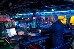 Le DJ derrière le panneau de commande Images stock