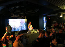 Le DJ Drez joue contre le DJ réglé à la boîte de nuit Photographie stock