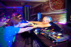 Le DJ et les ventilateurs photo stock
