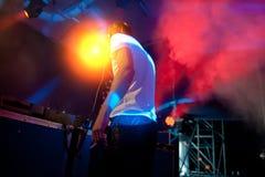 Le DJ exécute à la disco de nuit Photographie stock