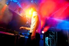 Le DJ exécute à la disco de nuit Image libre de droits