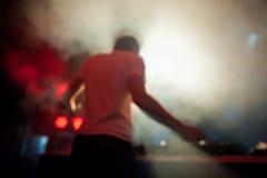 Le DJ exécute à la disco de nuit Image stock