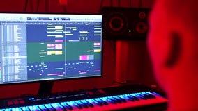 Le DJ fait la musique dans un studio d'enregistrement clips vidéos