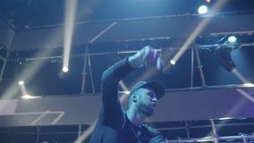 Le DJ frais à la boîte de nuit banque de vidéos