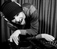 Le DJ génial fou dans une boîte de nuit Photo libre de droits