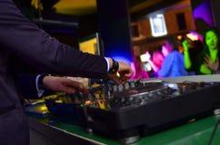 Le DJ jouant la musique au club Images stock