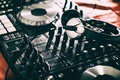 Le DJ jouant la musique au plan rapproché et aux mélanges de mélangeur la voie dans la boîte de nuit photos libres de droits