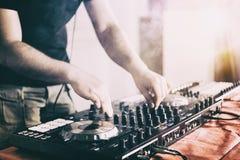 Le DJ jouant la musique au plan rapproch? et aux m?langes de m?langeur la voie dans la bo?te de nuit image libre de droits