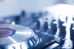 Le DJ jouant la musique au plan rapproch? et aux m?langes de m?langeur la voie dans la bo?te de nuit photos libres de droits