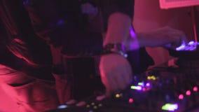 Le DJ jouant la musique, contrôles de rotation sur le matériel son électronique banque de vidéos