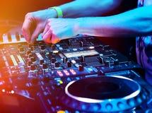 Le DJ jouant la piste Photos stock