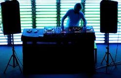 Le DJ jouant la piste dans la boîte de nuit Photographie stock