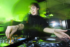 Le DJ jouant la voie Photo stock