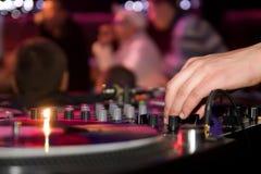 Le DJ jouant le vinyle images stock