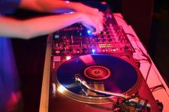 Le DJ jouant sur la plaque tournante Photographie stock libre de droits