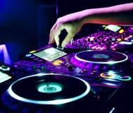 Le DJ mélange la piste Images libres de droits