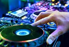 Le DJ mélange la piste photos libres de droits
