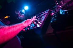 Le DJ mélange la piste Photo libre de droits