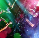 Le DJ mélange la piste dans la boîte de nuit à une réception Images libres de droits
