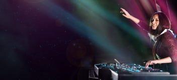Le DJ mélange la piste dans la boîte de nuit à une réception Images stock