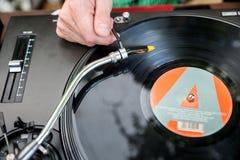Le DJ mélange la voie dans le club Photographie stock