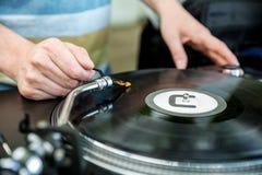 Le DJ mélange la voie dans le club Images libres de droits