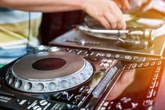 Le DJ mélange la voie dans le club Image libre de droits