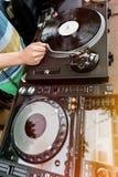 Le DJ mélange la voie dans le club Image stock