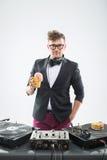 Le DJ mangeant le beignet sur la plaque tournante de lieu de travail Photos stock