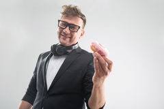 Le DJ mangeant le beignet sur le bas de plan rapproché de lieu de travail Photo stock
