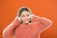 Le DJ, a mis le disque dessus Petit enfant mignon utilisant des écouteurs du DJ Petite fille écoutant la musique et dansant sur s photos stock
